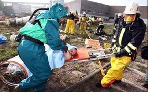 Här slipas samarbetet mellan räddningtjänsten, sjukvården och pappersbruket. Allt måste fungera om olyckan skulle vara framme på riktigt.Foto: JOHNNY FREDBORG.