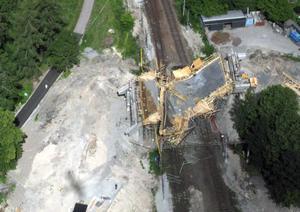 Brobygget över järnvägen i Ludvika kollapsade och tolv människor skadades.