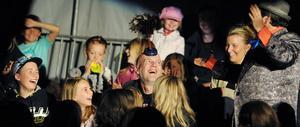 Mina damer och herrar, cirkusen är i stan! Cirkus Brazil Jack lockade fram många glada skratt under deras galna upptåg i manegen på Sävstaås IP i Bollnäs på måndagskvällen.