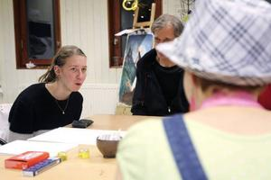 Klasskamraterna Sofia Sigerhed och Moa Östman tecknar av varandra under bordet.