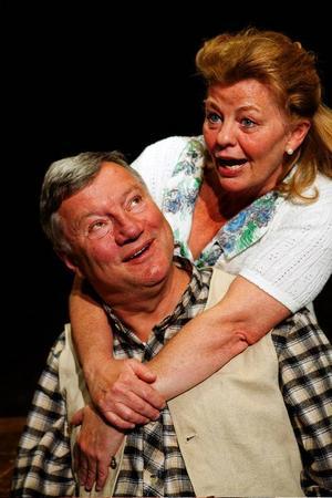 Jodå, det är Ingrid Nilsson, även känd som Pippi, som kramar om Hans Josefsson i Riksteaterns uppsättning av Vilhelm Mobergs Änkeman Jarl, som spelas på Storsjöteatern i kväll, fredag.