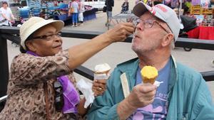 Underbart med glass i den nästintill tropiska hettan. Här matar Bernadette Kusa sin make, Jan Kusa.