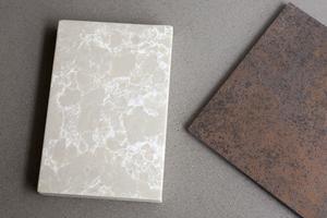 En ljus bit kvartskomposit och en tunn keramikskiva – två väldigt olika material som båda är tåliga.