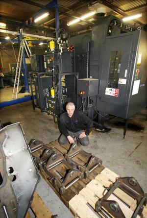 Platschefen Lars Johansson från Krokom med den nyinstallerade fleroperationsmaskinen.
