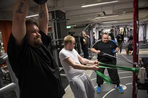 Alf Nordin verkar tycka att knäbörjningar och lyft med vikten går ganska lätt. Samtidigt sliter Andreas Asp och hans pappa Håkan Asp vid sin station.