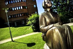 I Huddinge finns en staty av Karin Boye.