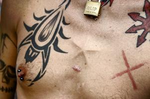 Enköpings egen Nikki Sixx heter Calle Eloranta och visar stolt upp sin tatuerade torso.