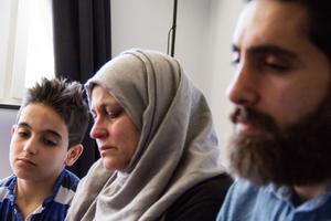 Lillebror Osaid sitter tillsammans med mamma Zahra Alhamud och storebror Hani Alosh. Sorgen kommer aldrig lämna deras hjärtan.