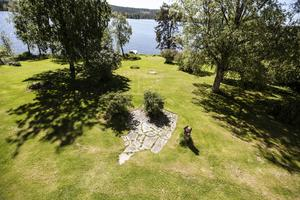 Att äga ett gammalt hus kan innebära överraskningar. Den fina stenläggningen var helt igenväxt upptäcktes och grävdes fram förra sommaren.