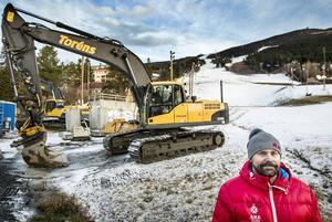 Destinationschefen för Skistar Åre Niclas Sjögren Berg med Gästrappet i bakgrunden.