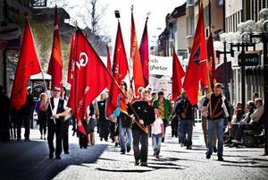 Trumvirvlar ekade mot husväggarna i centrum när socialdemokraternas första majtåg gick genom stan vid lunchtid.  När vänstern några timmar senare startade sitt tåg var det också v