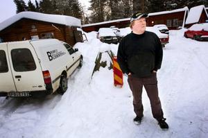 """Bildemonteringsföretagen ställer krav på regeringen att återinföra bilskrotningspremien. """"Det är tungt nu. Jag går minus varje dag"""", säger Dan Olander i Sörviken som ser att allt fler skrotbilar hamnar ute i naturen. Foto: Håkan Luthman"""