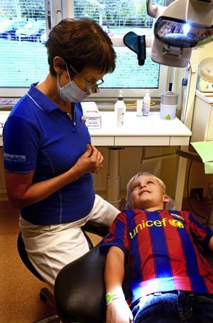 Folktandvårdens främsta uppgift är att ta hand om barn och ungdomar påminner verksamhetschef Karin Konradsson. Det görs regelbundet i Hedemora. Här är det Valter Berg som får sina tänder undersökta vid 6-årskontrollen.