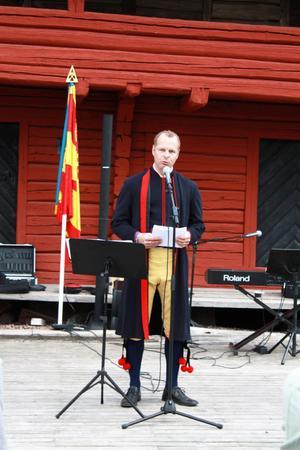 Johan Thomasson, M, oppositionsråd, höll det brukliga nationaldagstalet i en Grytnäsdräkt. På nationaldagsfirandet i Grytnäs gammelgård.