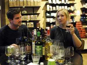 Linus Larsson och Catrin Brolin tar en smutt av glöggen.