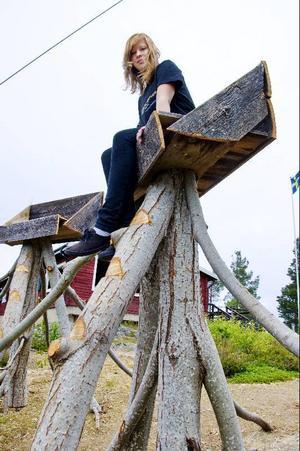 Malin Berg poserar i Karin Jonssons nya installation på Hoverbergstoppen.