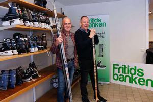 I höstas öppnade Fritidsbanken i Sala. Leif Myrberg, till vänster,  kläckte idén. Kommunens fritidsutvecklare Åke Lantz, till höger, är också engagerad i Fritidsbanken.
