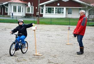 Jonas Tellman gav sig i kast med en av de balansbanor som fanns på grusplanen utanför Björkbackaskolan.