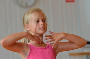Sofia Gyllby lever sig in i känslan som ska vara stark i modern dans.