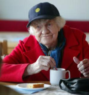 Alma Bergvall fyller snart 92 år och är en av stamgästerna på dagkaféet i Skönsberg.– Jag bor på sjätte våningen i huset och är här nästan varje dag, berättar Alma.