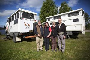 Mitsubishi är märket på fordonen som Robert och Robyn O´Sullivan och Ann och John Maxwell kör runt jorden med.