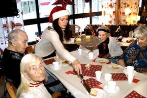 Carina Holmberg, en av initiativtagarna till festerna på Björkhagen serverar morotstårta.