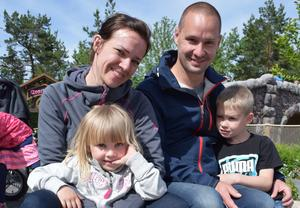 Susanna Klang och Tobias Hansson med barnen Hilma och Alvin.