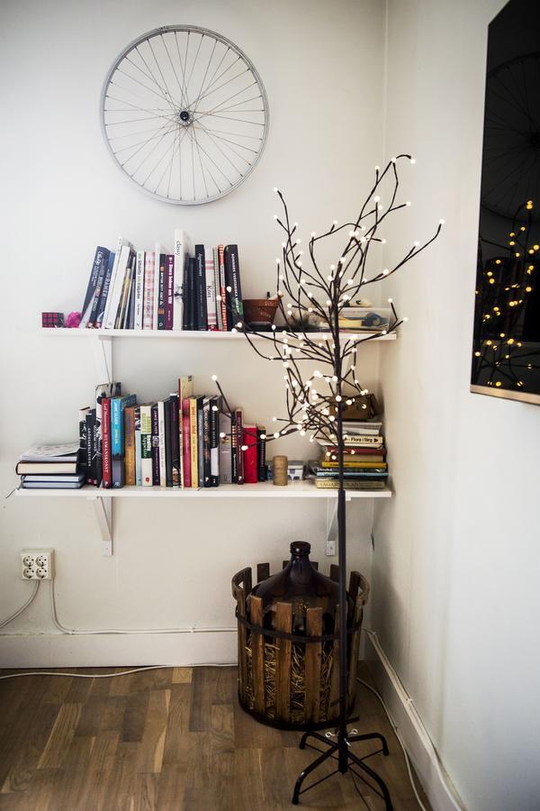 Kokböcker finns det gott om hemma hos kockarna Johan och Birgit. Ett gammalt cykelhjul ska på sikt bli en klocka.