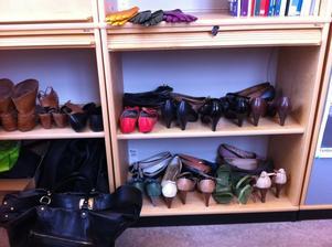SKOÄLSKARE. På ledningskontoret i sitt dokumentskåp, där andra förvarar pärmar, har ÅsaLinnea Davidsson 20 par skor och ett antal handväskor.