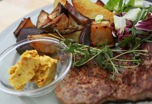 Ugnsgrillad aubergine och potatis är ett perfekt tillbehör till en god köttbit.