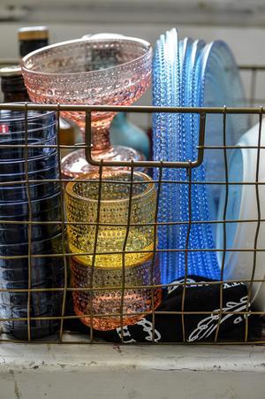 Vackert glas staplat i en gammal rostig korg.