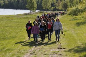 Högstadiet i Färila på marsch för att symboliskt ta emot nyrustade badplatsen på Lillbyängarna.