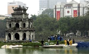 Gammalt och nytt blandas i dagens Vietnam. Här en bild från sjön Hoan Kiem i centrala Hanoi.