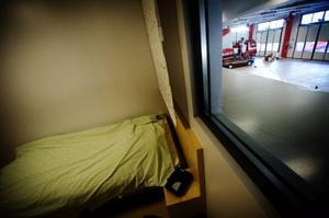 """Här sover beredskapspersonalen under jourtiden. """"En nackdel är kanske att man inte får in något dagsljus i logementen"""", säger brandingenjören Niclas von Essen. Fönstret är ut mot vagnhallen."""