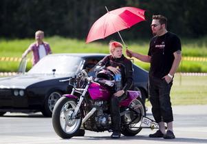 Ida Nilsson, 17 år från Mjölby, väntar på att få starta. Hon är ensam i sin klass Junior dragbike. - Jag kör mest för att det är kul, säger hon.