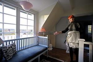 På övervåningen står en av husets gustavianska möbler, en soffa som Liz-Beth ropat in.