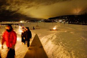 Stora delar av Östersund släcktes ner i lördagskväll under en timme då kommunen medverkade i Earth hour. Många människor samlades i Vinterparken för att få en blick över staden när kommunen och Jämtkraft släckte ner all gatubelysning och flera byggnader.