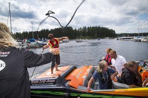 Team Leif-Ivan Karlsson lägger till i Stabergs båthamn.