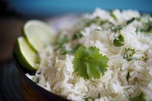 I Brasilien serverar man ris eller bönor till det mesta. Riset får förvånansvärt mycket smak med lök och vitlök. Väldigt gott till fiskgrytan.