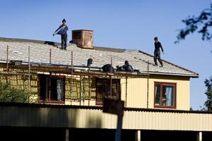 Utan räcke, linor eller annan säkerhetsutrustning utför de här två takläggarna arbete för Dan Jensens enskilda firma. Byggherre är L. Petersson fastigheter, som äger hyresfastigheten.