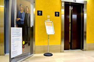 Det pågår ett stort hissbyte på Sundsvalls sjukhus som delvis beror på krav från Boverket, delvis på grund av att hissarna har tjänat ut.