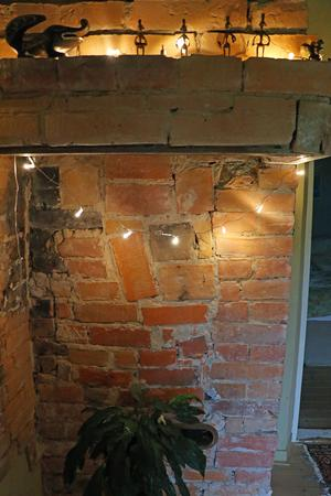 I dag är det en liten hall där det från början var kök för skolfröken i Vekhyttans skola.  Spisen är borta men själva murstocken är kvar.