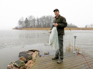 Snart dags. Daniel Eriksson väntar på att isen på Mälaren ska försvinna helt. Då kan han börja lägga ut nät från båt i stället.
