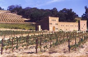 Riddarvin? Vinfirman Fort Simon i Sydafrika har skepnaden av en gammal riddarborg. I september lanserar man ett utsökt fatlagrat vin på chenin blanc-druvan som passar utmärkt till smakrikare fiskrätter och ljust kött.