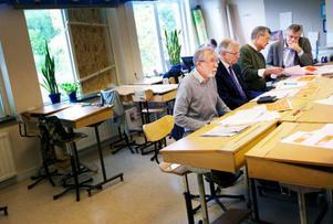 Lokala företrädare för alliansregeringens partier samlade i Böle byskola för att informera om finansminister Anders Borgs höstbudget, från vänster Per-Erik Wåglin (FP), Emanuel Sandberg (KD), Ola Sundell (M) samt Per Åsling (C).Foto: Håkan Luthman