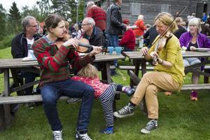 Jon-Erik och Emma Liw från Delsbo försökte spela medan barnet Sigrid försökte klättra.