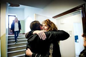 Hemma hos Lena Åkesson i Örebro vankas fikastund, och hon får en kram av grannen Oscar Leon som bor tvärs över gården. Uppifrån sin lägenhet anländer också Sofia Lindblom.