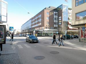 Föredömligt. Bra samspel mellan gående och en bilist på Stora gatan.