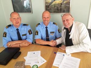 Ett handslag för ett tryggare Härnösand. Poliserna Andreas Dahlbom, Thomas Nyberg och kommunalrådet Fred Nilsson undertecknade medborglöftet på torsdagen.