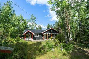 Fritidshuset på Eskön har närhet till skog, hav och badplats. Huset har två sovrum och ytterligare två sovplatser finns i två av tomtens stugor.